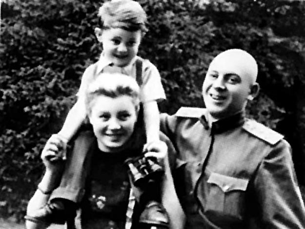 Маленький Саша с мамой Галиной БУРДОНСКОЙ и папой Василием СТАЛИНЫМ. Фото из личного архива