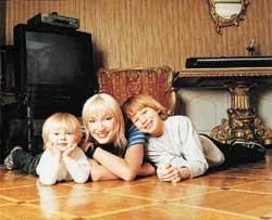 ОДИНОКАЯ МАМА: одна воспитывает двоих сыновей...