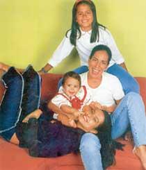 МАТЕРИНСКОЕ СЧАСТЬЕ: Глория с дочерьми Клео, Антонией и Аной