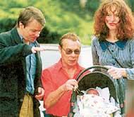 СКАНДАЛЬНОЕ СЕМЕЙСТВО: теперь фотограф Ян Саудек (он в центре) и отец, и дед ребенка своей жены