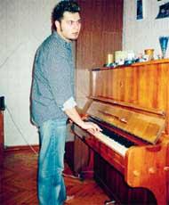 АЛЕКСЕЙ ЧУМАКОВ: занял блатную комнату с пианино