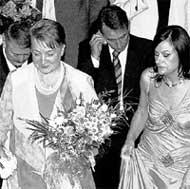 СВЕКРОВЬ (СЛЕВА) И ТЕЩА: г-жа Плющенко в загсе улыбалась, а г-жа Ермак отчего-то нервничала