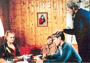 СЦЕНА ИЗ СЕРИАЛА: молодые звезды Анна Горшкова (слева) и Анатолий Руденко (сидит справа) порадовали режиссеров своей игрой