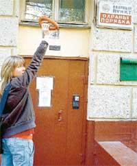 НА ЖИВЦА: журналистка битый час махала «краковской» перед «глазком» камеры слежения