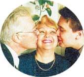 В ОБЕ ЩЕЧКИ: Наталью целуют любимые мужчины - супруг и сын