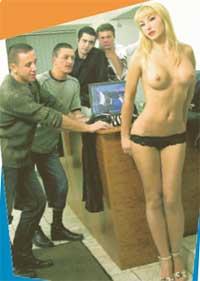 КОЛЛЕКТИВНЫЙ ПРОСМОТР: Боб Джек (первый слева) хвалится перед друзьями женой