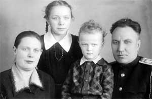 ВАЛЕРИК: с мамой Клавдией Васильевной, сестрой Тамарой и отцом Александром Гавриловичем (1952 г.)
