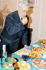 ЕВГЕНИЙ ЖАРИКОВ: ел над столом, чтобы не ронять колбаску на пол