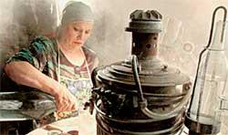 НИНА РУСЛАНОВА ЗА РАБОТОЙ: в Анисовке самогон варят в каждом доме