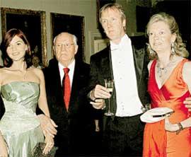 ХОЗЯЕВА ПОМЕСТЬЯ (справа): граф Чарльз Спенсер с супругой в компании Михаила Сергеевича и его внучки Анастасии