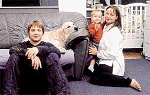 БУДУЩИЕ ЖИТЕЛИ ВАЛЕНТИНОВКИ: Евгения Добровольская с младшим сыном Яном, средним - Николаем, а также любимцем семьи - лабрадором Зорге