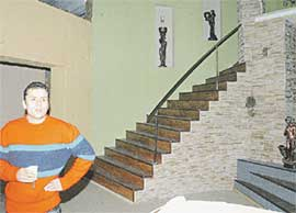 ГОСТИННАЯ ДОМИНИКИ: с настоящей лестницей, облицовкой, дорогой мебелью и живыми цветами