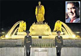 ПОЧЕТНЫЙ КАРАУЛ: и день, и ночь стоит у памятника любимому руководителю