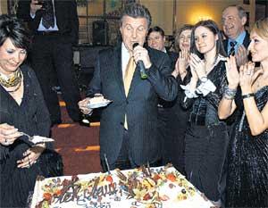 СЛАДЕНЬКИЙ НАШ: Лев Валерьянович первым попробовал праздничный торт