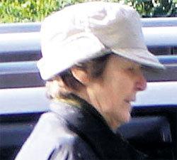 Актриса натягивает кепку на лоб, чтобы её не узнали