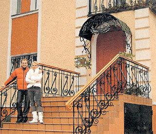 Супруги МАЛИНИНЫ на пороге своей основной резиденции в Жуковке