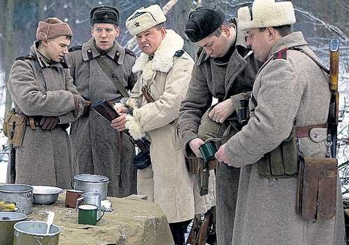 Глядя на закусывающих красноармейцев, «фрицы» облизывались