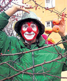 Сорвёт Вова боярышник, а он прямо на глазах прохожих в яблоки превращается