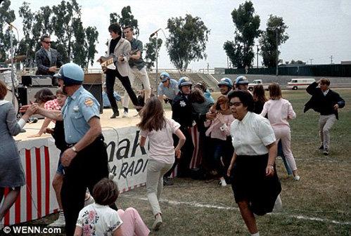 Полиция разгоняет фанаток The Beatles