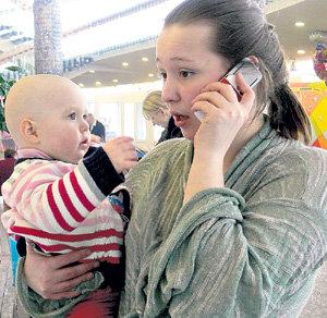Смышлёная кроха живо реагирует на телефонный разговор мамы с папой