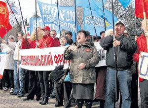 Когда 25 марта на севастопольский рейд встал фрегат американских ВМС «Клакринг», разгневанные крымчане вышли на Графскую пристань с требованием вернуть полуостров в состав России и защитить их от НАТО
