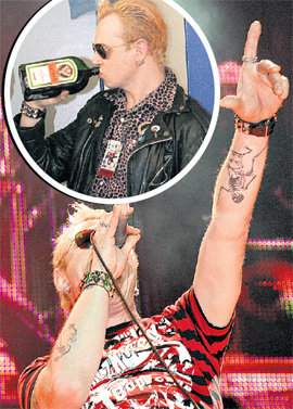 «Таракан» СПИРИН сделал на руке татуировку символа своей группы, а после концерта снимает напряжение крепким ликёром