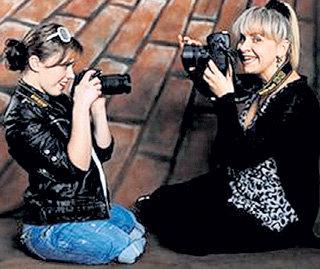 Настенька с мамой Натальей перед началом фотосессии опробовали камеры