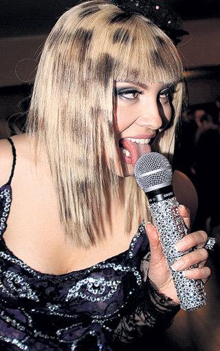 Лена знает, как обращаться с микрофонами