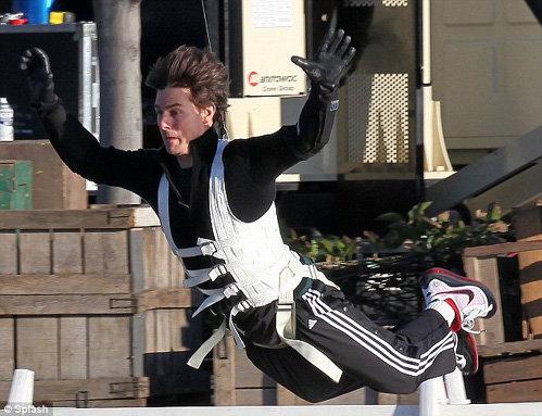 На съёмках фильма Крутые парни Том Круз показывал чудеса отваги и эквилибристики. Фото Daily Mail