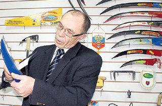 Директор Анатолий ТРАПЕЗНИКОВ часто любуется в заводском музее старинными творениями артинских мастеров