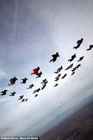 В специальных костюмах парашютисты парят дольше
