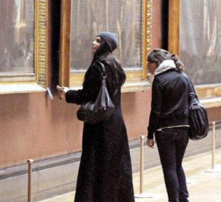 В Лувре Григорьева наняла себе персонального гида и долго рассматривала шедевры живописи