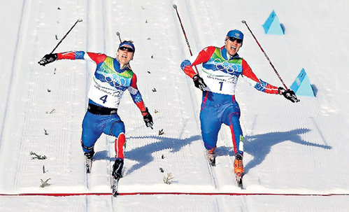 Во время победного финиша КРЮКОВА (слева) и ПАНЖИНСКОГО...