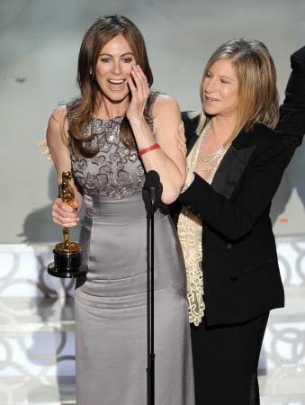 Режиссер Кэтрин Бигелоу получает золотую статуэтку из рук Барбары Стрейзанд. Фото АР