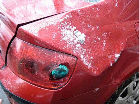Глыбы льда оставили в машине громадные вмятины