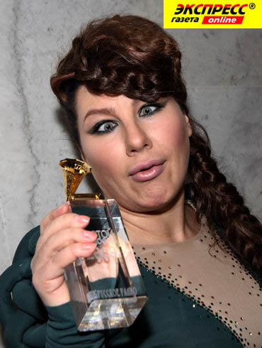 Ева рискованно экспериментирует со своей внешностью. На фото - певица на вручении премии Золотой граммофон.