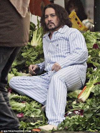 Джонни Депп делает вид, будто только что приземлился на кучу овощных отходов. Фото Daily Mail