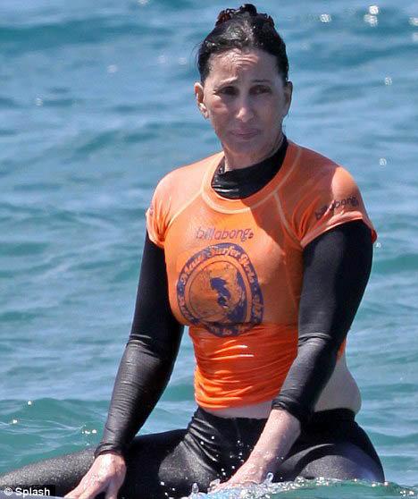 Шер увлеклась новым для себя делом - начала осваивать серфинг. Фото: Daily Mail