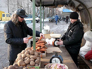 Николай Федоров выбирает продукты. Фото: regnum.ru