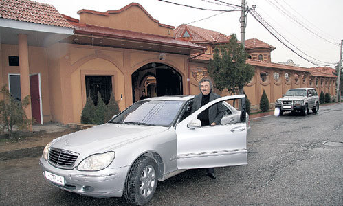 Основатель «Яллы» на фоне своего ташкентского особняка. До центра города от него всего пять минут