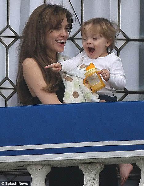 Анджелина со своей младшенькой - полуторагодовалой Вивьен. Воспользовавшись паузой между съемками, актриса решила выгулять малышку на балконе. Фото: Daily Mail
