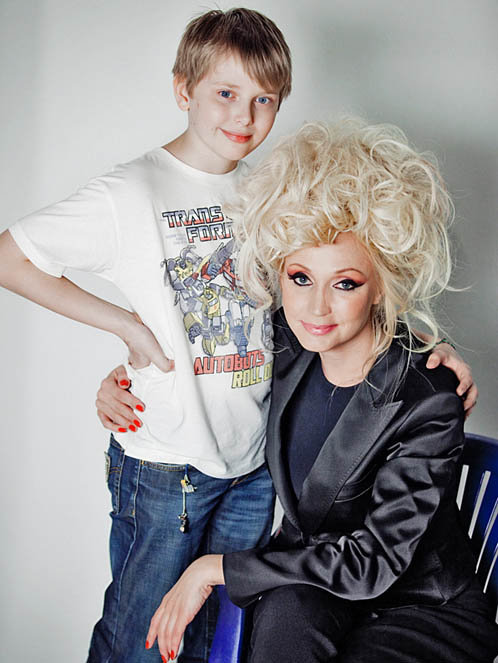 Кристина Орбакайте тоже не удержалась и решила внести в свою внешность свежую струю. На фото - с сыном Дени. Фото: kp.ru