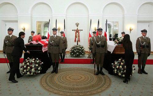 Гробы с телами Леха Качиньского и его супруги Марии