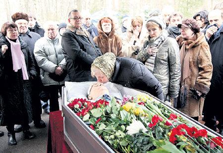 У гроба возлюбленного бывшая секретарша Любочка не могла сдержать слёз
