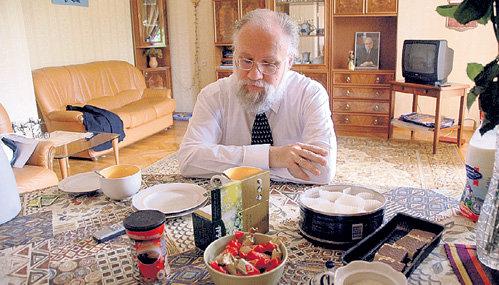 Председатель ЦИК частенько завтракает в одиночестве на даче, куда приезжает работать над своими книгами по истории