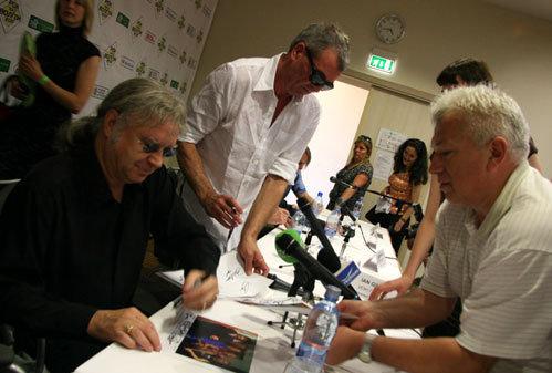 Музыканты раздают автографы