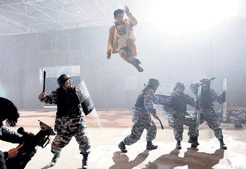Мастер Ли Даню (актёр Чэнь СЯОЧУНЬ) демонстрирует чудеса левитации
