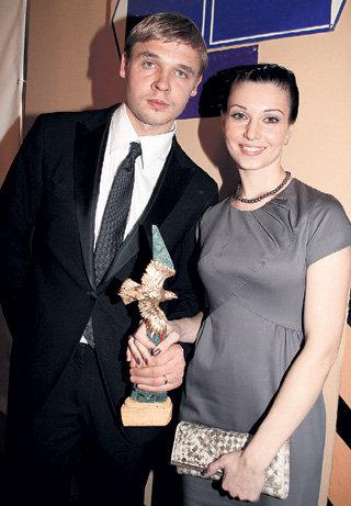 За «Золотым орлом» за роль в сериале «Братья Карамазовы» в январе нынешнего года Александр пришёл с супругой (фото PhotoXPress)