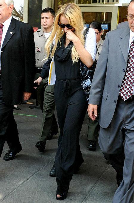 Расстроенная актриса покидает здание суда