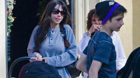 Оксана Григорьева с сыном Александром. Фото: tmz.com